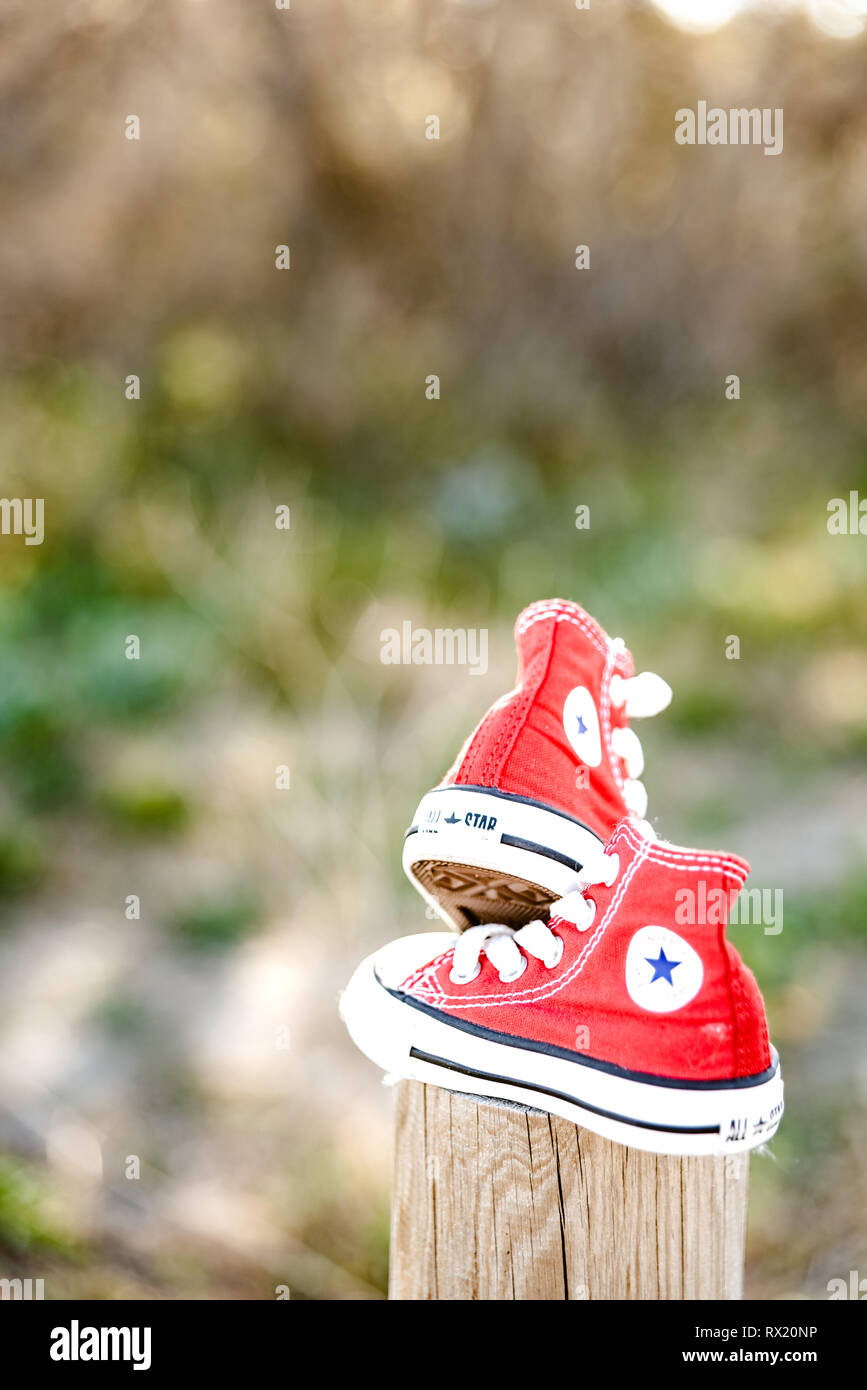 Marco Polo Descongelar, descongelar, descongelar heladas Gimnasta  Valencia, Spain - March 3, 2019: Two red baby shoes from the Converse brand  Stock Photo - Alamy