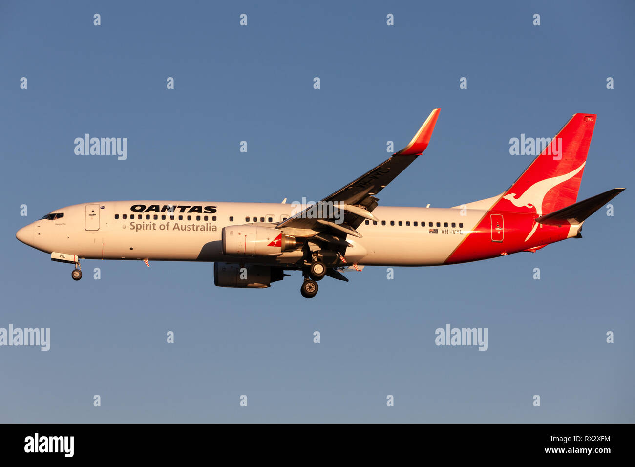 Qantas Boeing 737 aircraft on approach to land at Adelaide Airport. - Stock Image
