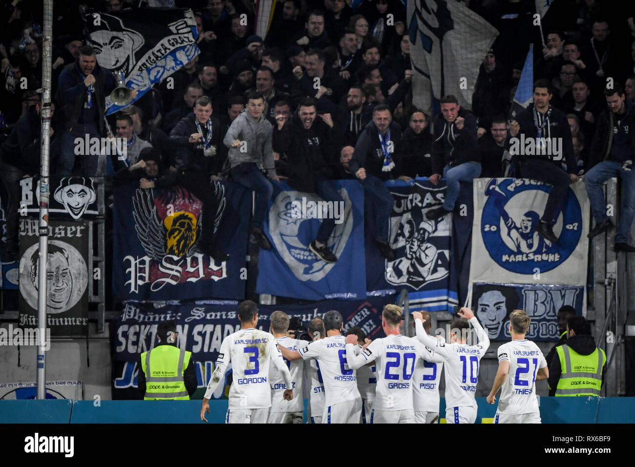 Duisburg, Deutschland. 08th Mar, 2019. jubilation of the Karlsruher players about the 0: 2 with the fans. GES/football/3rd league: Krefelder football club Uerdingen - Karlsruher SC, 08.03.2019 Football/Soccer: 3rd League: KFC Uerdingen vs Karlsruher SC, Duisburg, March 8, 2019 | usage worldwide Credit: dpa/Alamy Live News - Stock Image