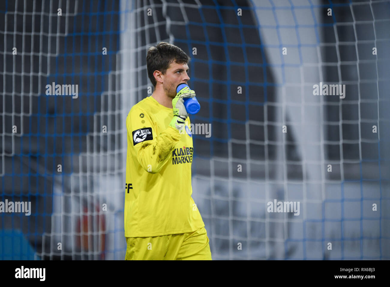 Duisburg, Deutschland. 08th Mar, 2019. goalkeeper Benjamin Uphoff (KSC) disappointed about the 1: 2. GES/football/3rd league: Krefelder football club Uerdingen - Karlsruher SC, 08.03.2019 Football/Soccer: 3rd League: KFC Uerdingen vs Karlsruher SC, Duisburg, March 8, 2019 | usage worldwide Credit: dpa/Alamy Live News - Stock Image