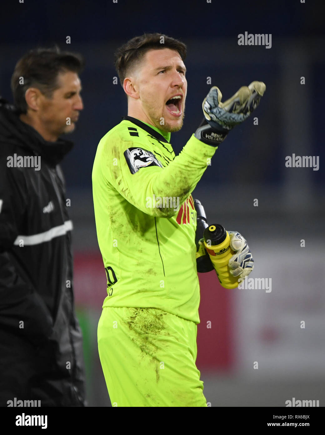 Duisburg, Deutschland. 08th Mar, 2019. Goalkeeper Rene Vollath (KFC Uerdingen 05) motivates his own fans. GES/football/3rd league: Krefelder football club Uerdingen - Karlsruher SC, 08.03.2019 Football/Soccer: 3rd League: KFC Uerdingen vs Karlsruher SC, Duisburg, March 8, 2019 | usage worldwide Credit: dpa/Alamy Live News - Stock Image