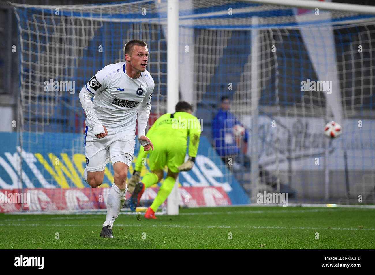 Duisburg, Deutschland. 08th Mar, 2019. jubilation about the 1: 3: Goalscorer Marvin Pourie (KSC). GES/football/3rd league: Krefelder football club Uerdingen - Karlsruher SC, 08.03.2019 Football/Soccer: 3rd League: KFC Uerdingen vs Karlsruher SC, Duisburg, March 8, 2019 | usage worldwide Credit: dpa/Alamy Live News - Stock Image