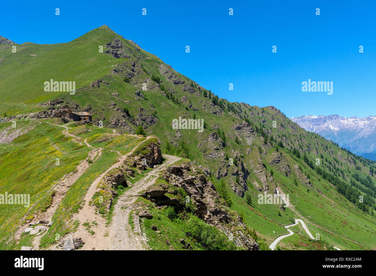 Narrow trail in the mountains at Colle delle Finestre in Piedmont, Northern Italy. - Stock Image