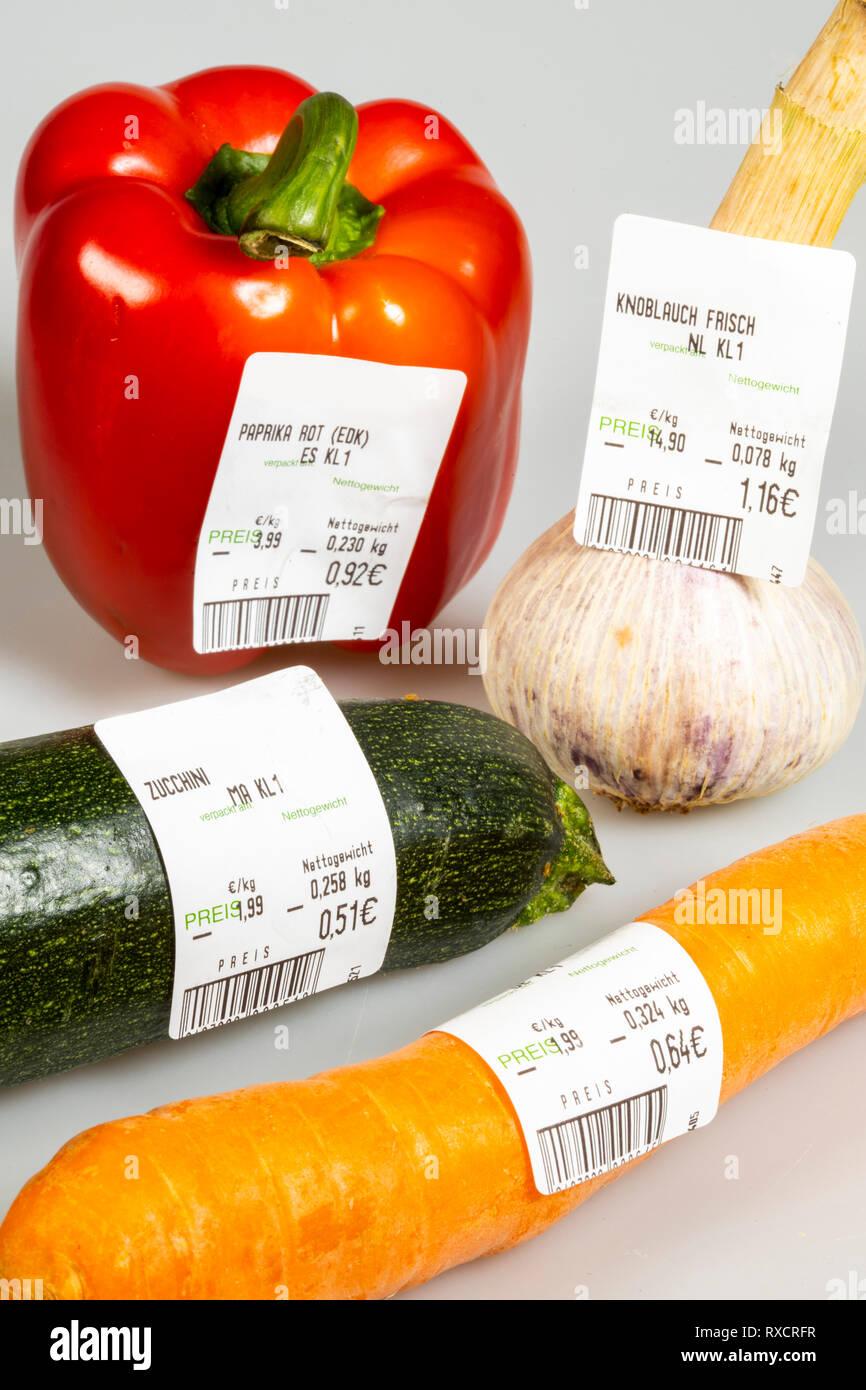 Lebensmittel  Gemüse mit Preisaufkleber, ohne einzelne Verpackungen, Supermarkt aus der Gemüsetheke, - Stock Image