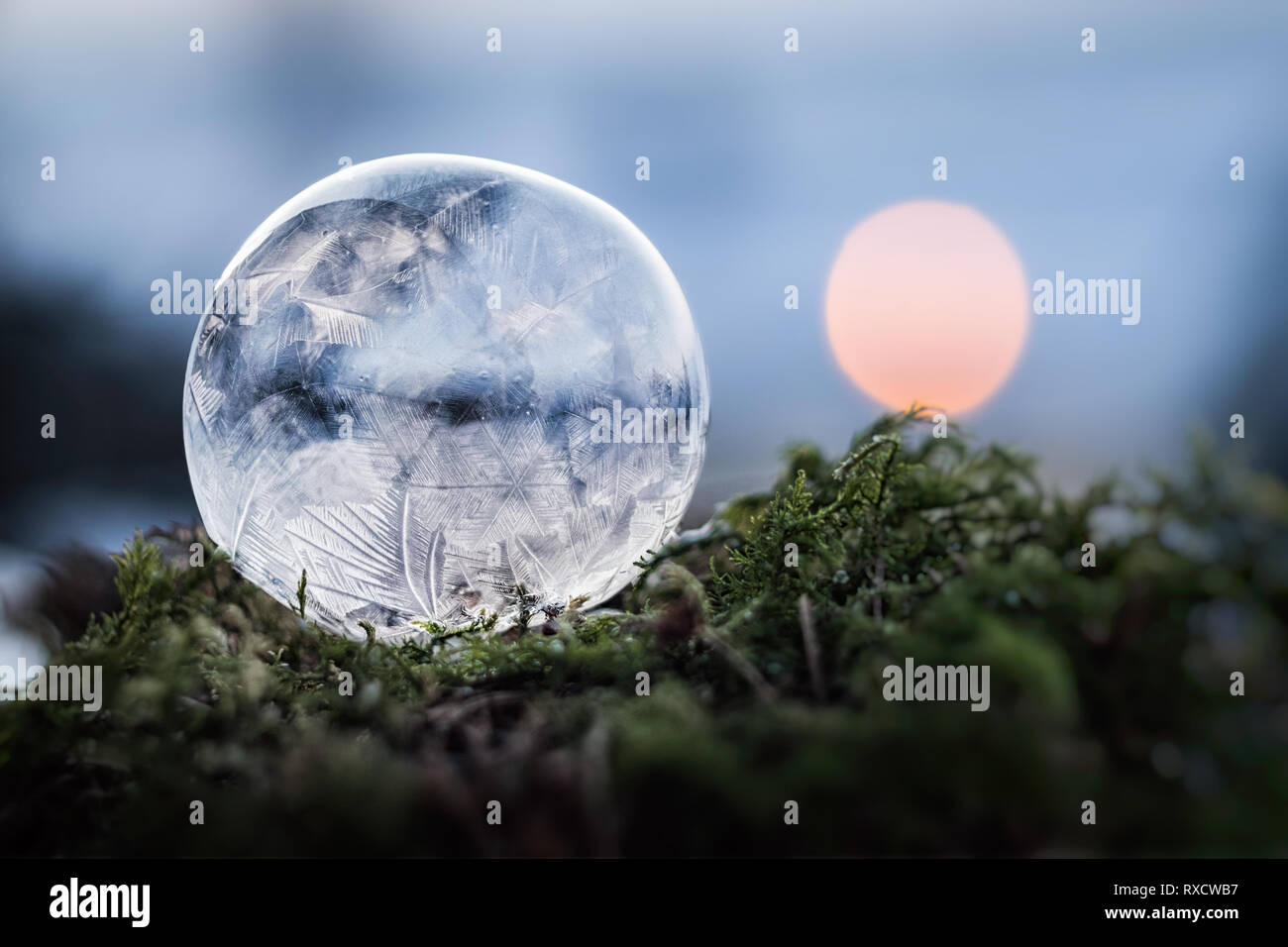 Gefrorene Seifenblase bei minus 10° Celsius bei Windstille - Stock Image