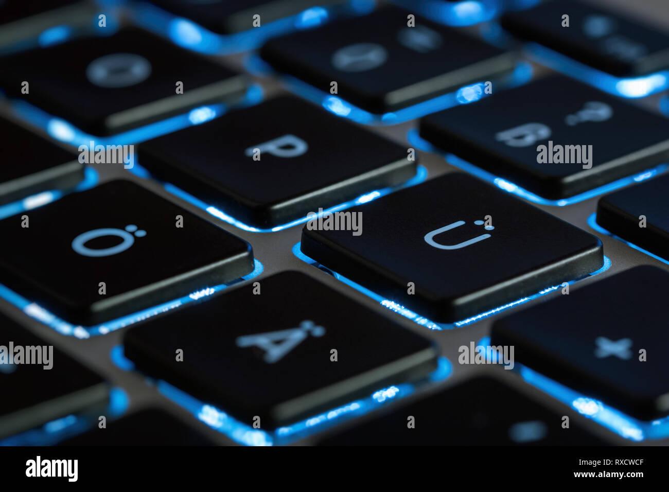 Computer Tastatur beleuchtet in blauer FarbeHintergrundbeleuchtung - Stock Image