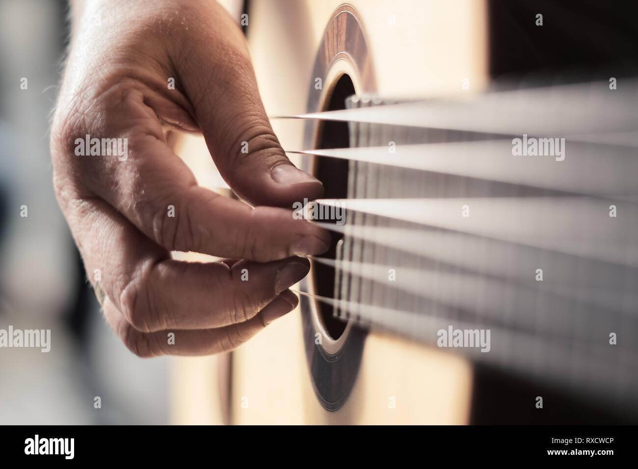 Akustik Gitarre beim Spielen klassischer Musik - Stock Image