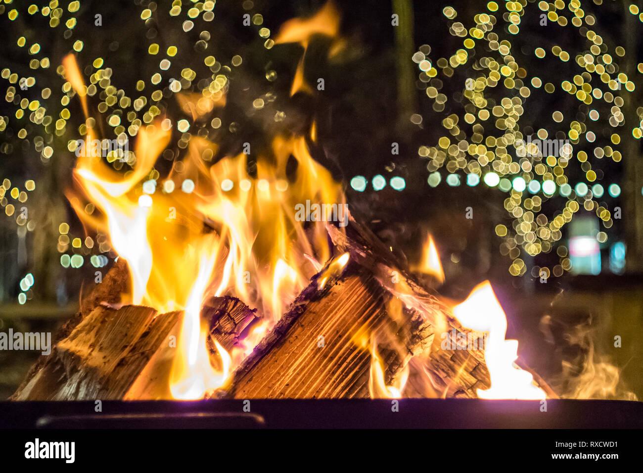 Impressionen vom Weihnachtsmarkt in Pfaffenhofen - brennendes Holz, Feuerstelle zum Aufwärmen - Stock Image
