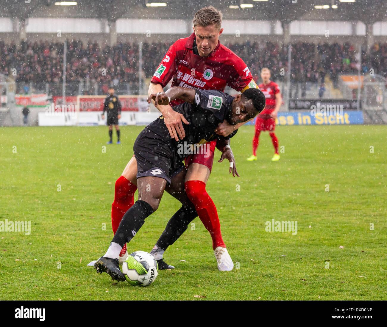 sports, football, Regional League West, 2018/2019, Rot Weiss Oberhausen vs Bonner SC 01/04 4-0, Stadium Niederrhein in Oberhausen, scene of the match, ahead Bernard Mwarome (Bonn), behind Jannik Loehden (RWO) - Stock Image