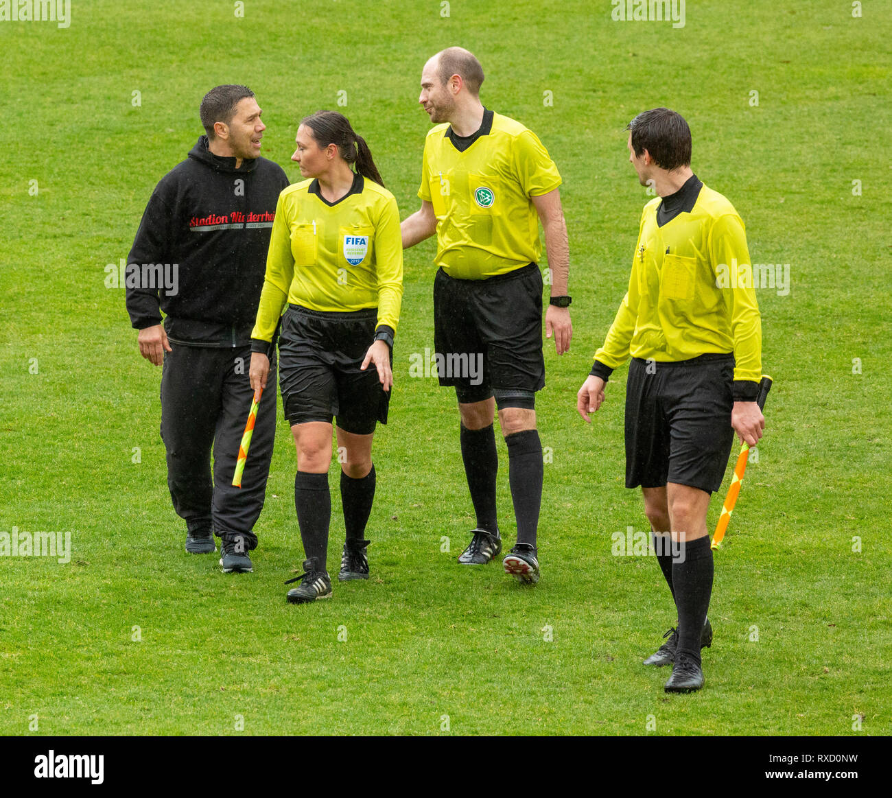 sports, football, Regional League West, 2018/2019, Rot Weiss Oberhausen vs Bonner SC 01/04 4-0, Stadium Niederrhein in Oberhausen, head coach Mike Terranova (RWO) left in conversation with the match officials, f.l.t.r. assistant Vanessa Arlt, referee Fabian Maibaum, assistant Lukas Sauer - Stock Image