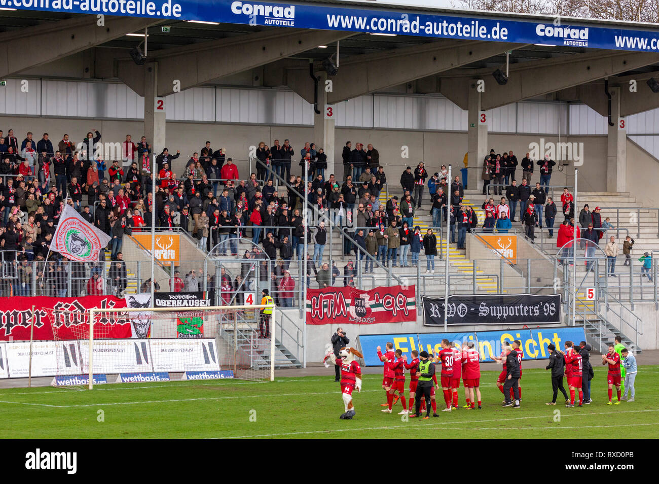 sports, football, Regional League West, 2018/2019, Rot Weiss Oberhausen vs Bonner SC 01/04 4-0, Stadium Niederrhein in Oberhausen, the RWO players celebrate the victory together with their football fans - Stock Image