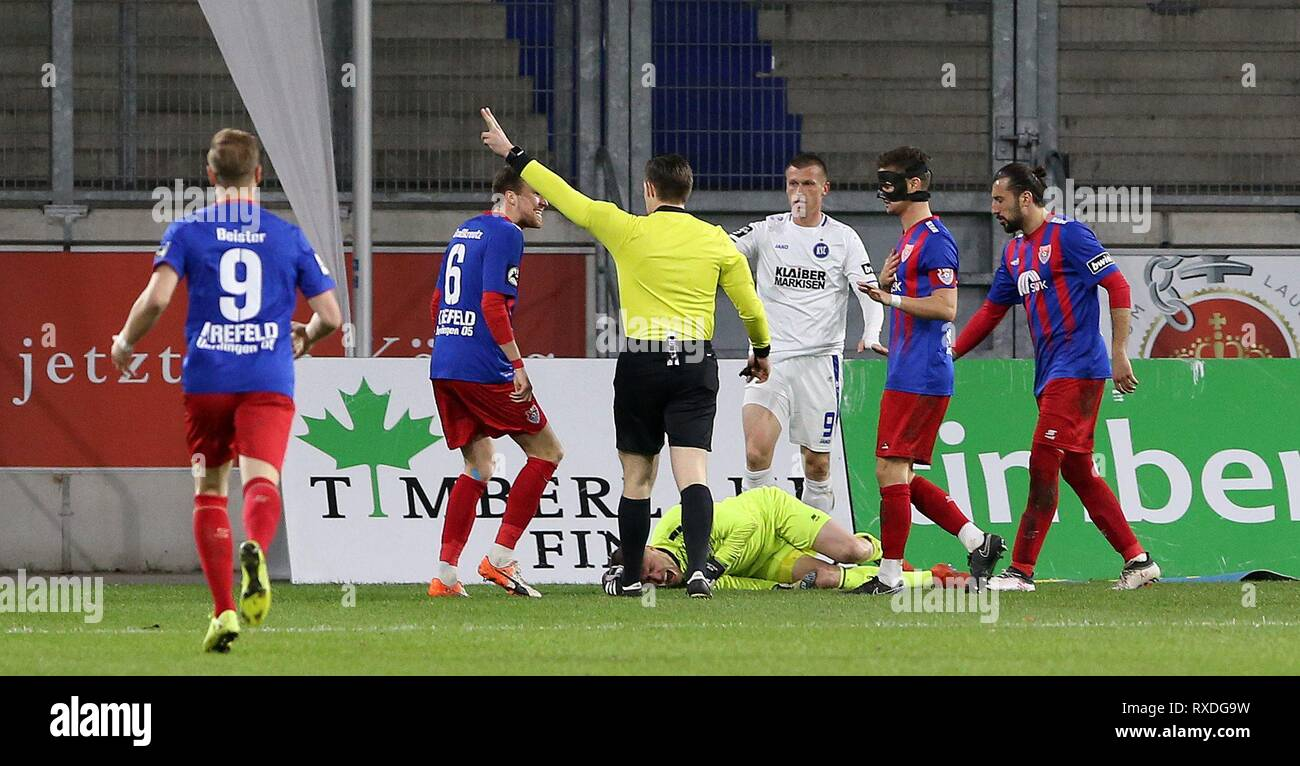 firo: 08.03.2019 Football, 3rd Bundesliga, season 2018/2019 KFC Uerdingen 05 - Karlsruher SC goalkeeper Renà © Vollath (# 1, KFC Uerdingen 05) injured. But can continue playing after a short break. | usage worldwide - Stock Image