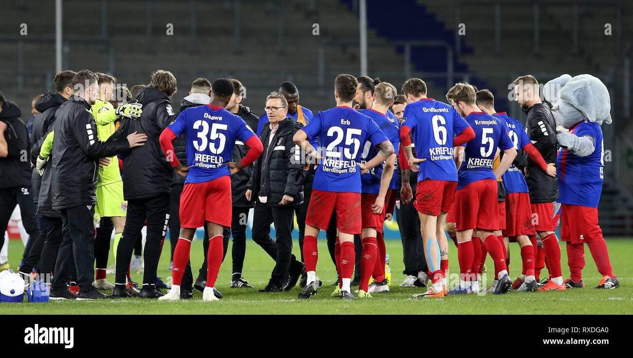firo: 08.03.2019 Football, 3. Bundesliga, season 2018/2019 KFC Uerdingen 05 - Karlsruher SC coach Norbert Meier (#NM, KFC Uerdingen 05) calls his team together after the match. | usage worldwide - Stock Image