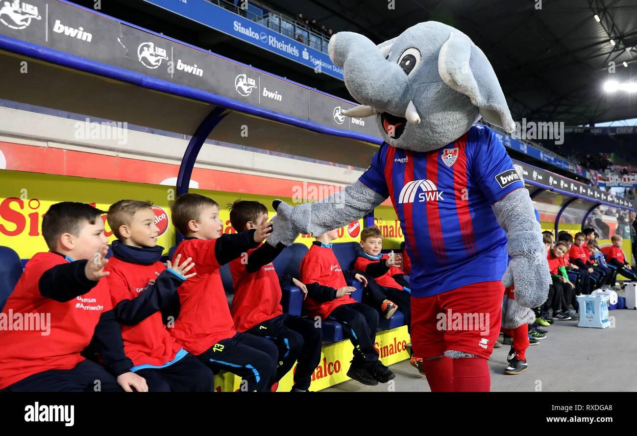 firo: 08.03.2019 Football, 3. Bundesliga, season 2018/2019 KFC Uerdingen 05 - Karlsruher SC Mascot 'Grotifant' (KFC Uerdingen 05) welcomes the casserole kids. | usage worldwide - Stock Image