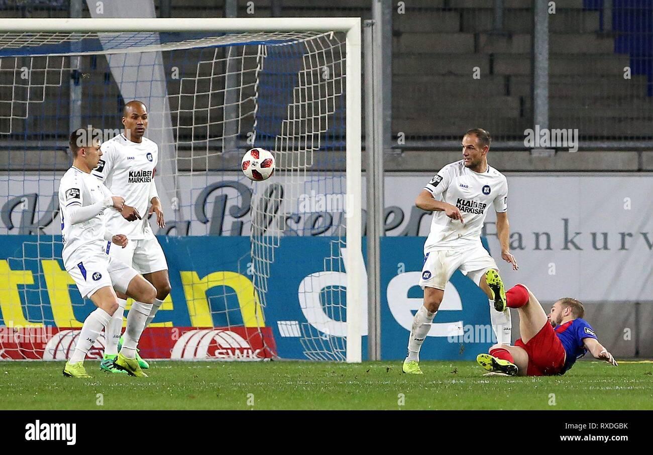 firo: 08.03.2019 Football, 3. Bundesliga, season 2018/2019 KFC Uerdingen 05 - Karlsruher SC Maximilian Beister (# 9, KFC Uerdingen 05) tries a side kicker. | usage worldwide - Stock Image