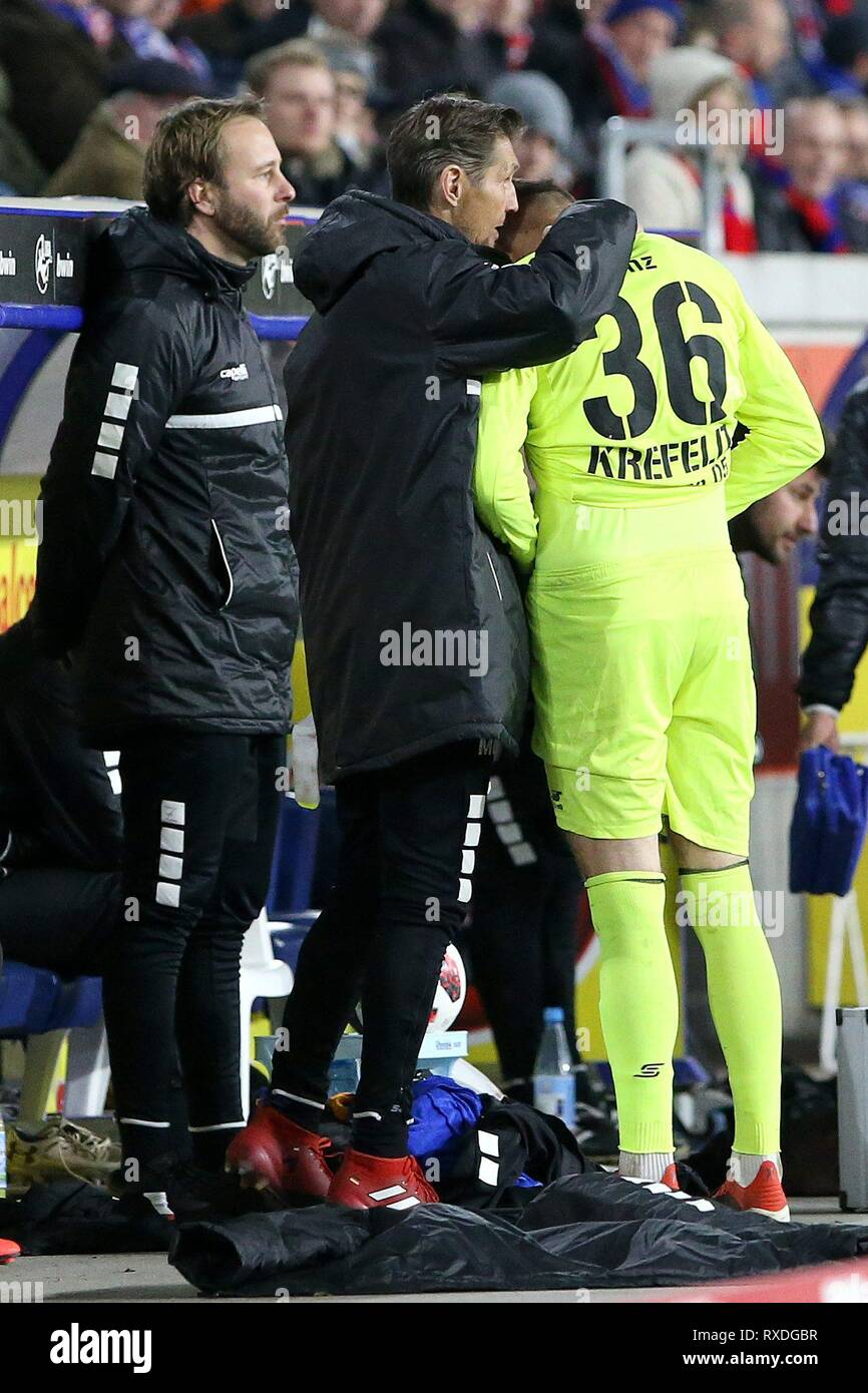 firo: 08.03.2019 Football, 3rd Bundesliga, season 2018/2019 KFC Uerdingen 05 - Karlsruher SC goalkeeping coach Manfred Gloger (#MG, KFC Uerdingen 05) gives goalie Robin Benz (# 36, KFC Uerdingen 05) some tips with the way before he comes into the game for goalkeeper Renà © Vollath (# 1, KFC Uerdingen 05). | usage worldwide - Stock Image