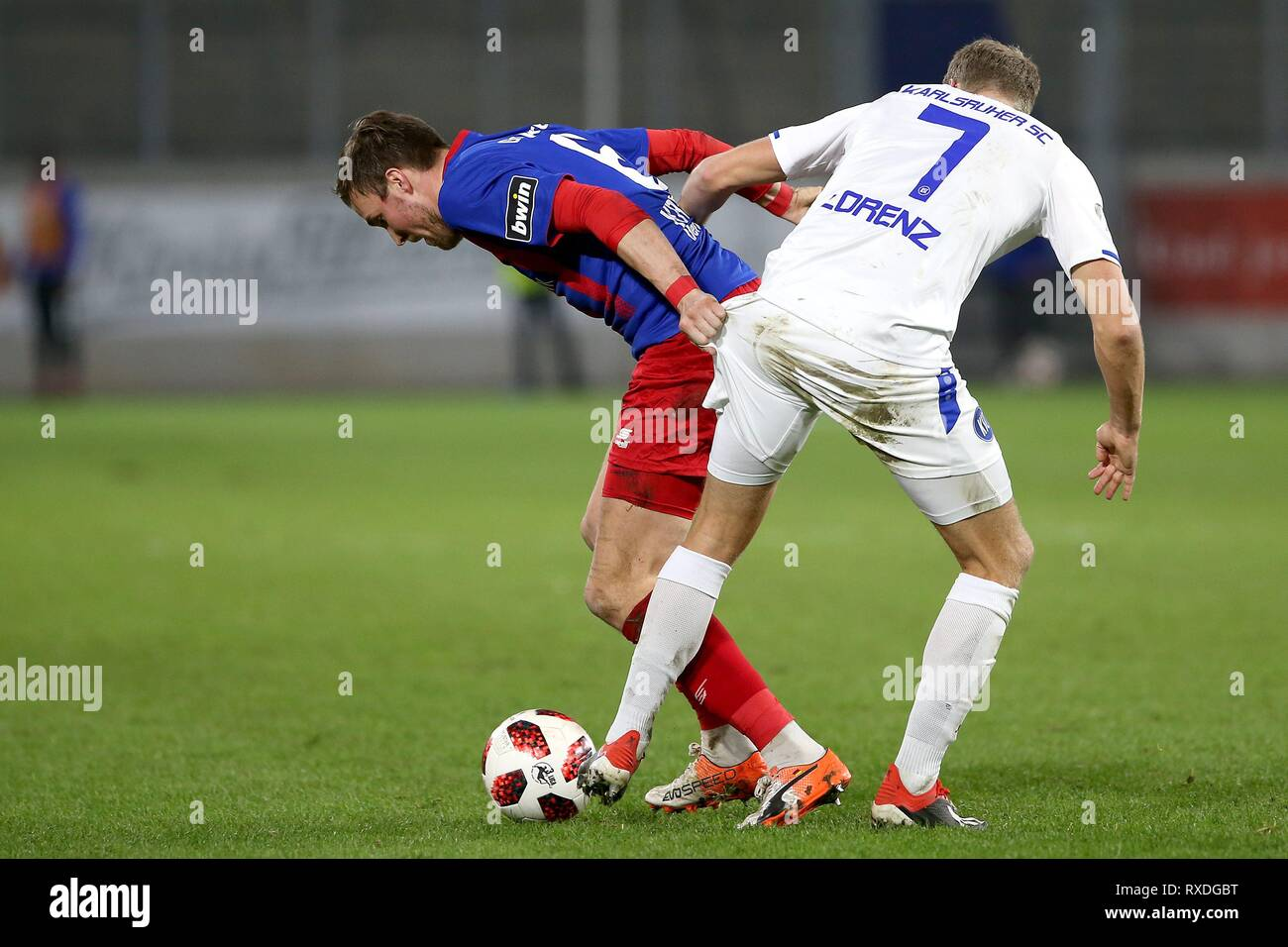 firo: 08.03.2019 Football, 3. Bundesliga, season 2018/2019 KFC Uerdingen 05 - Karlsruher SC Kevin Grovukreutz (# 6, KFC Uerdingen 05) in duels with Marc Lorenz (# 7, Karlsruher SC) | usage worldwide - Stock Image