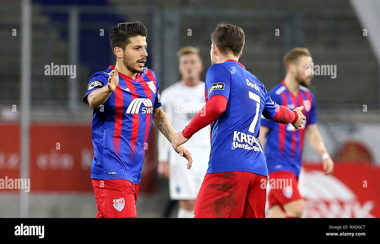 firo: 08.03.2019 Football, 3. Bundesliga, season 2018/2019 KFC Uerdingen 05 - Karlsruher SC Christian Dorda (# 7, KFC Uerdingen 05) congratulates goalkeeper Roberto Rodriguez (# 11, KFC Uerdingen 05) to the goal. | usage worldwide - Stock Image
