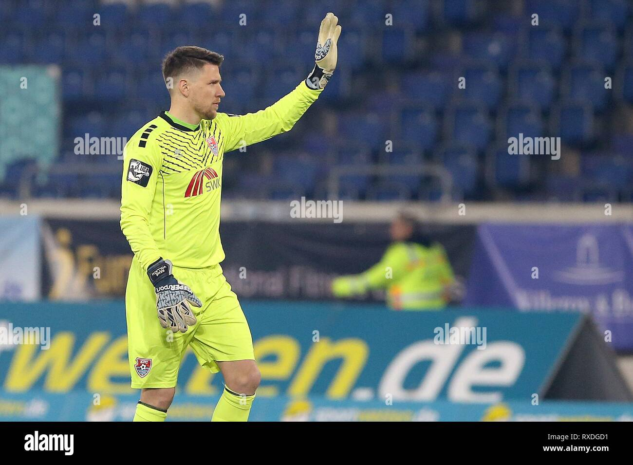 firo: 08.03.2019 Football, 3. Bundesliga, season 2018/2019 KFC Uerdingen 05 - Karlsruher SC goalkeeper Renv © Vollath (# 1, KFC Uerdingen 05) welcomes the fans from Karlsruher SC, for whom he was in goal before Uerdingen. | usage worldwide - Stock Image