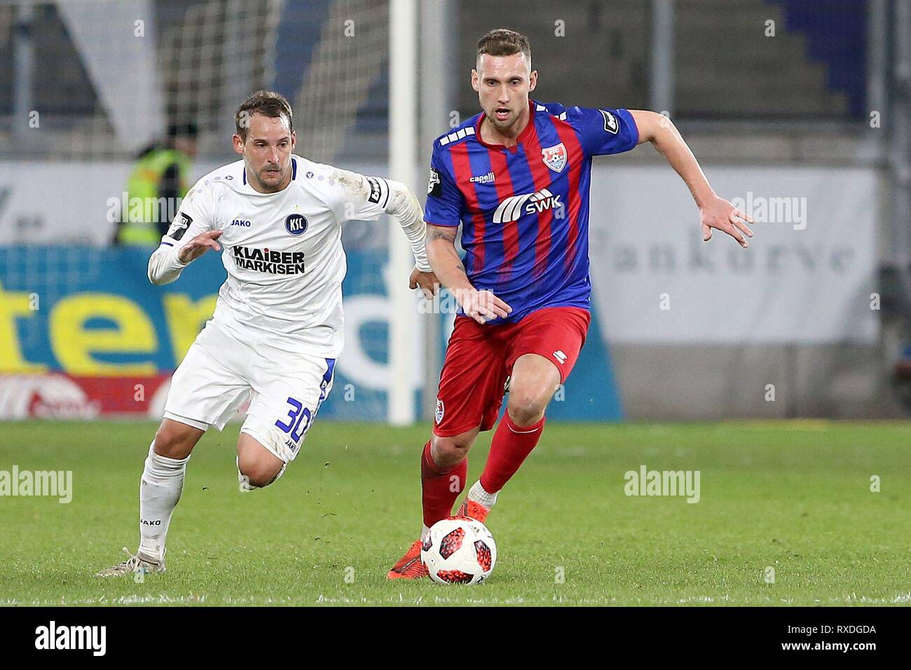 firo: 08.03.2019 Football, 3. Bundesliga, season 2018/2019 KFC Uerdingen 05 - Karlsruher SC Manuel Konrad (# 28, KFC Uerdingen 05) in the running duel with Anton Fink (# 30, Karlsruher SC) | usage worldwide - Stock Image
