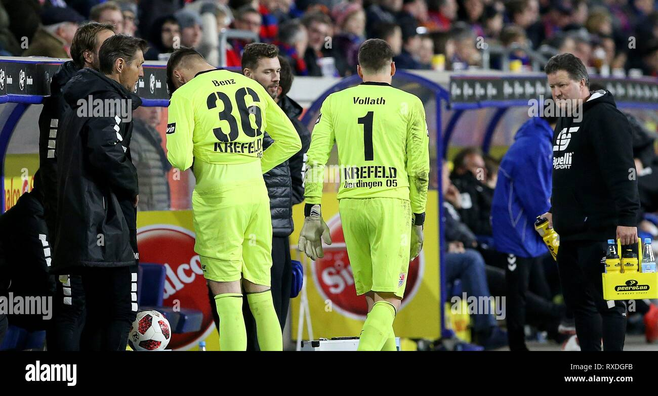 firo: 08.03.2019 Football, 3. Bundesliga, season 2018/2019 KFC Uerdingen 05 - Karlsruher SC goalkeeper Robin Benz (# 36, KFC Uerdingen 05) joins goalie Renà © Vollath (# 1, KFC Uerdingen 05) into the game | usage worldwide - Stock Image