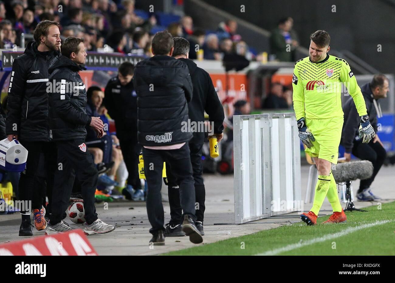 firo: 08.03.2019 Football, 3. Bundesliga, Season 2018/2019 KFC Uerdingen 05 - Karlsruher SC goalkeeper Renv © Vollath (# 1, KFC Uerdingen 05) can not be substituted anymore. | usage worldwide - Stock Image