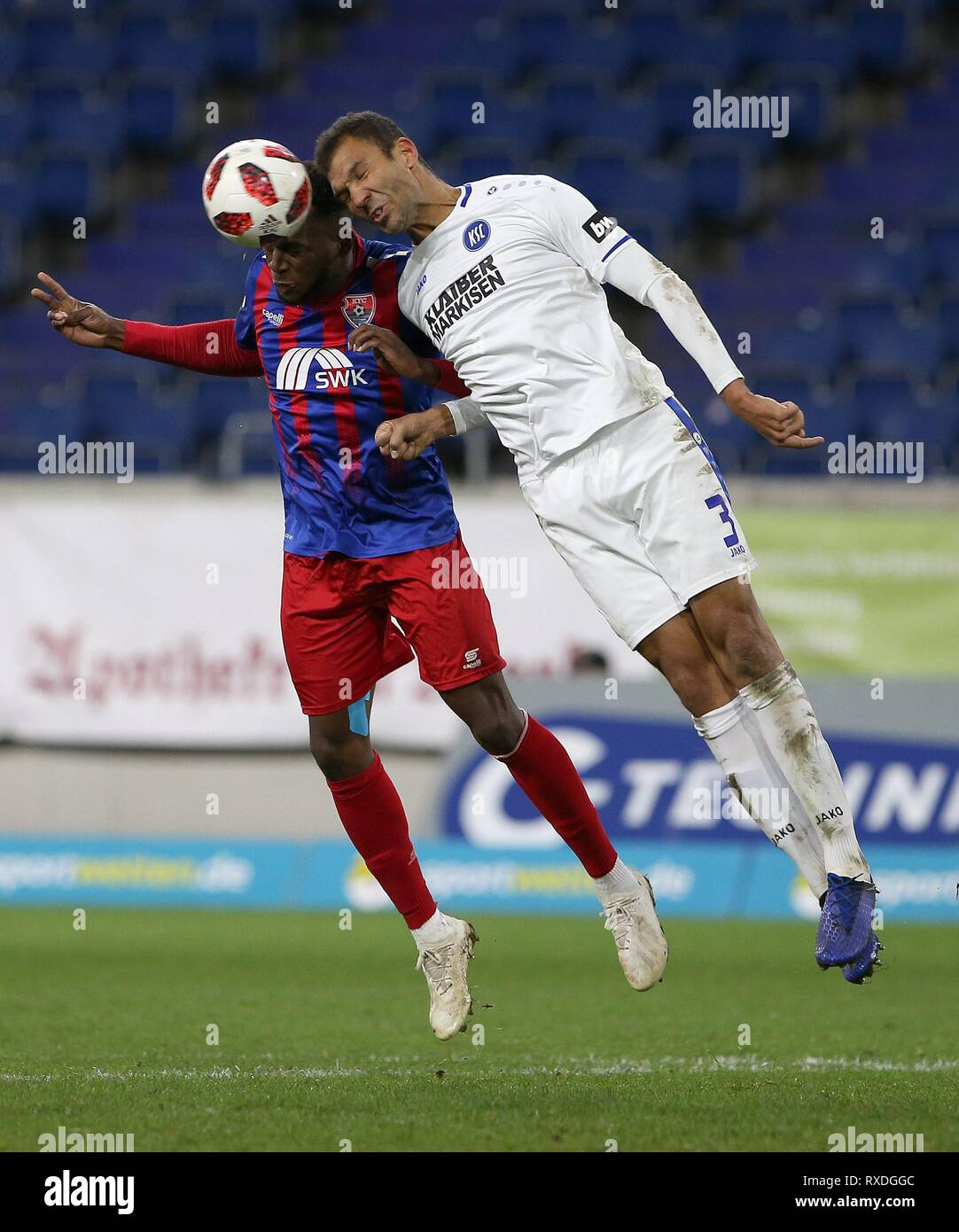 firo: 08.03.2019 Football, 3. Bundesliga, season 2018/2019 KFC Uerdingen 05 - Karlsruher SC Osaywe Osawe (# 35, KFC Uerdingen 05) in head duel with Daniel Gordon (# 3, Karlsruher SC) | usage worldwide - Stock Image