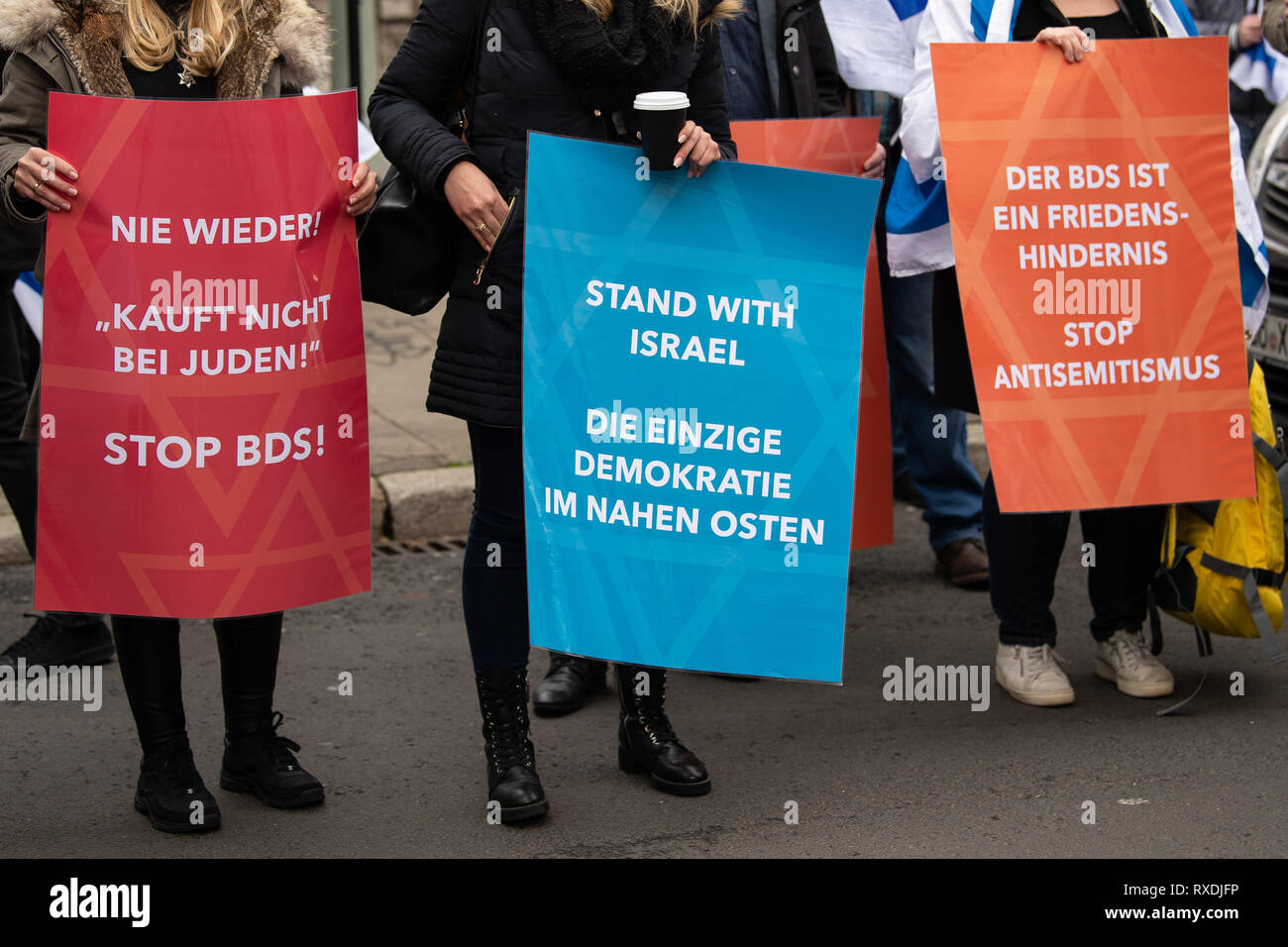 Göttingen, Germany. 9th March 2019. Participants with posters of the Alliance against Anti-Semitism and Anti-Zionism 'Jachad' protest under the motto 'No peace with the enemies of Israel' during the awarding of the Göttingen Peace Prize 2019 to the association 'Jewish Voice for Just Peace in the Middle East'. The Central Council of Jews in Germany accuses the 'Jewish Voice' of supporting the anti-Semitic boycott movement BDS (Boycott, Di Cre Credit: dpa picture alliance/Alamy Live News - Stock Image