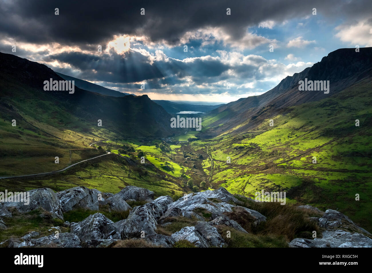 Spectacular Light over the Afon Drws y coed valley and Llyn Nantlle Uchaf, Snowdonia National Park, Gwynedd, North Wales, UK Stock Photo