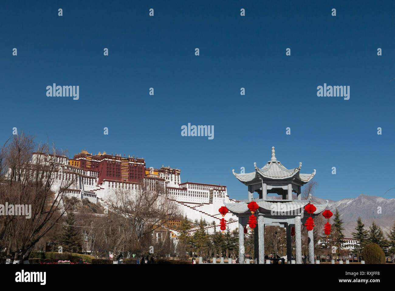 Potala Palace in Lhasa, Tibet - a spectacular palace set on a hillside which was once home to the Dalai Lama and is now a popular tourist destination. - Stock Image