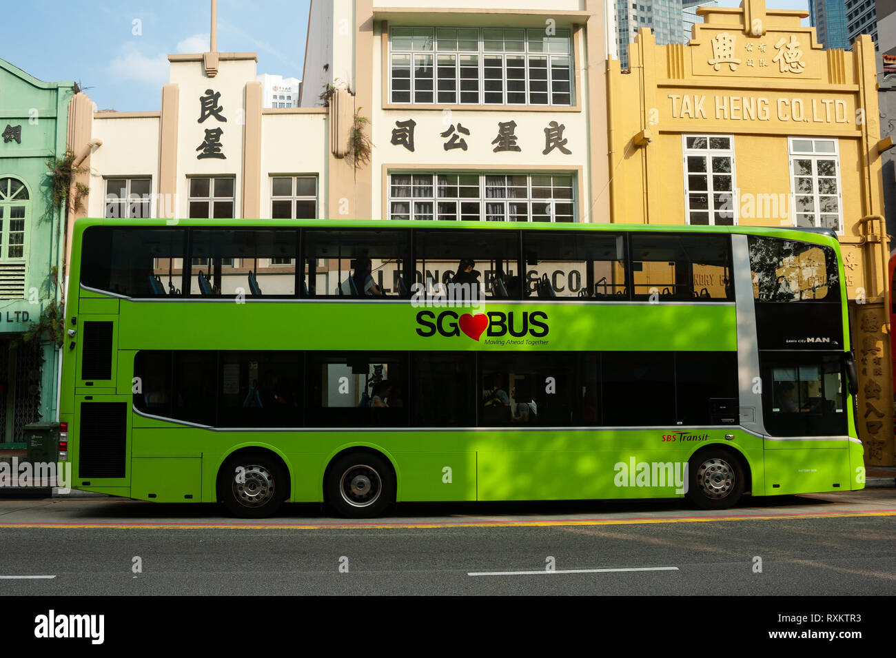 08.03.2019, Singapore, Republic of Singapore, Asia - A city bus is stopping at a bus stop along South Bridge Road in the city centre. - Stock Image
