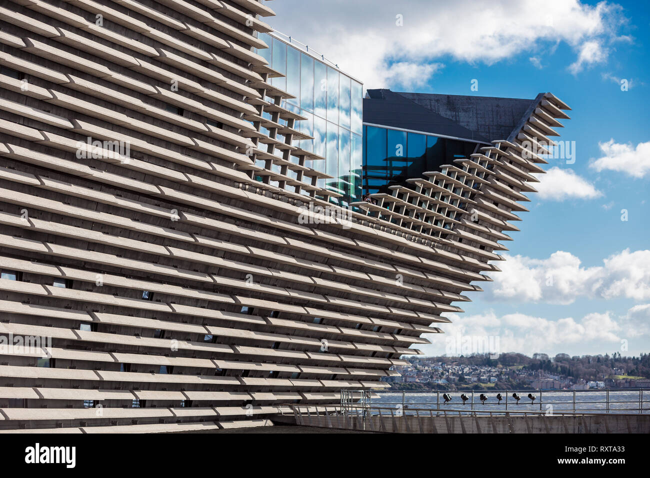 The ship like design of the new V&A Museum in Dundee designed by famous Japanese architect Kengo Kuma - Stock Image