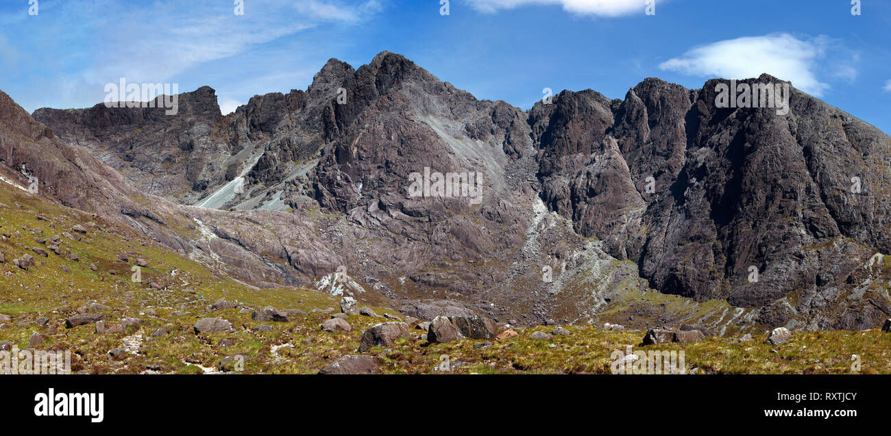 Panoramic view of Coire Lagan and Cuillin Mountain ridge from Sgurr Mhic Choinnich (left) to Sron na Ciche (right) on the Isle of Skye, Scotland, UK - Stock Image