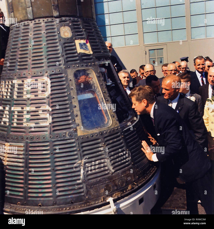 JFK inspects Mercury capsule, 23 February 1962 - Stock Image