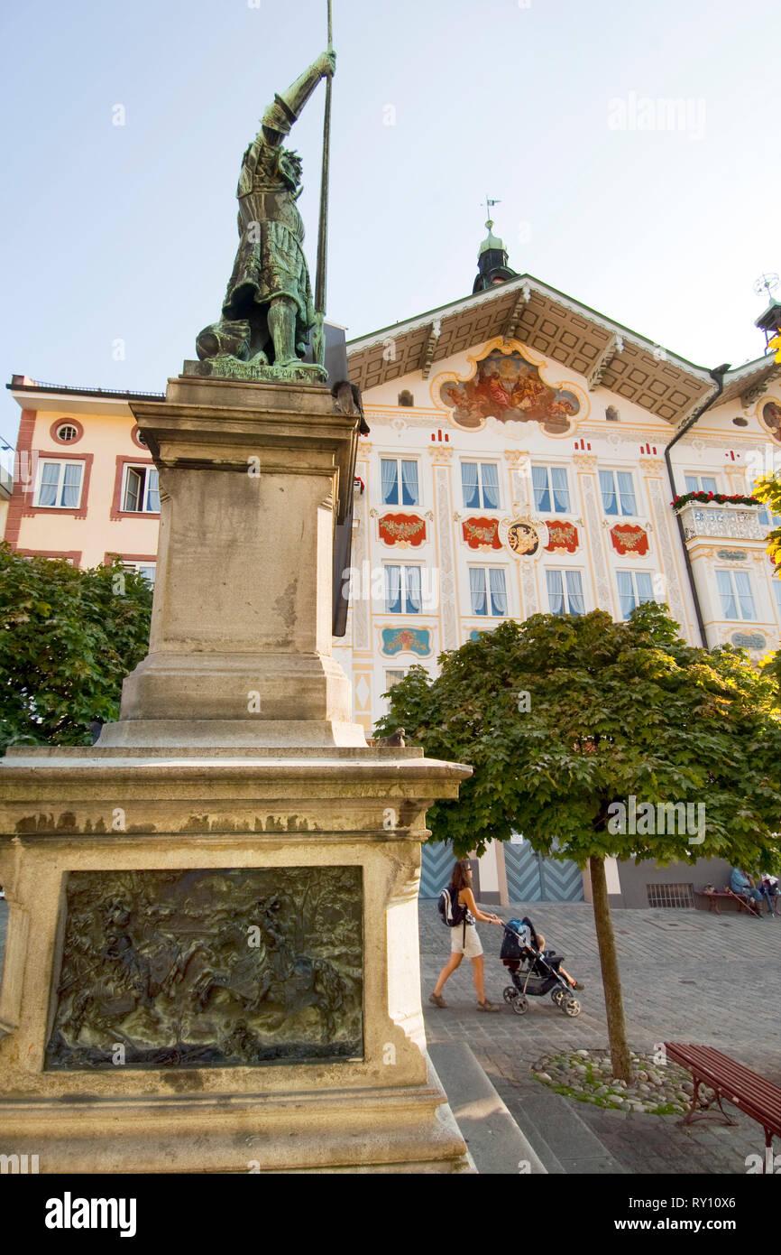 Deutschland, Bayern, Oberbayern, Bad Tölz, Winzerer-III-Standbild in Bad Tölz, Marktstraße - Stock Image