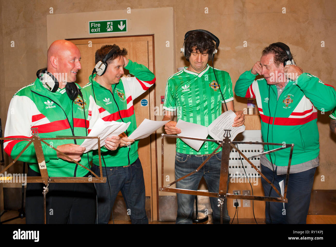 Snow Patrol singing with former Northern IReland footballers Gerry Armstrong and David Campbell. - Stock Image