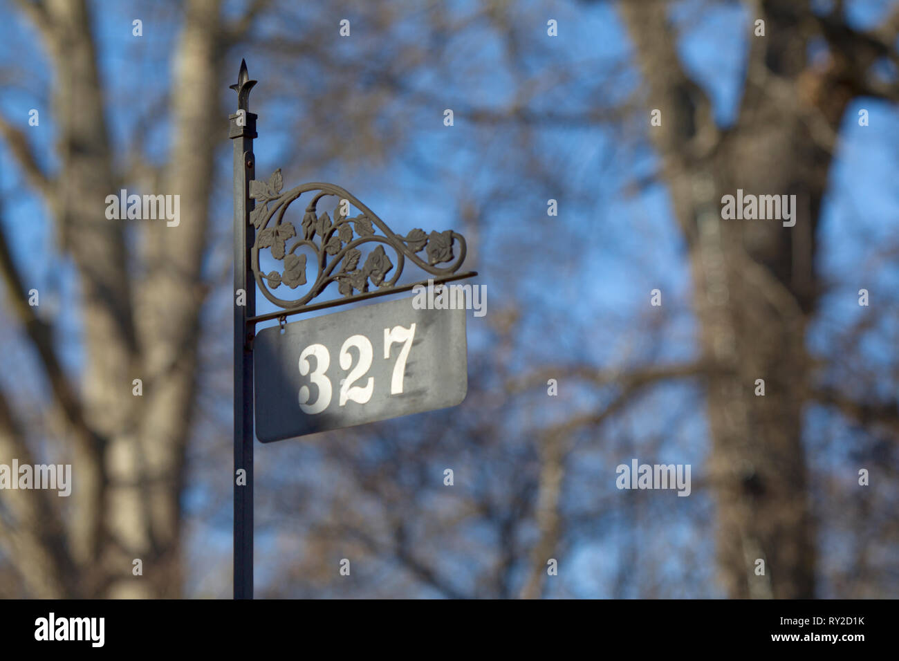 Hauesnuemmernschild mit der Nuemmer 327 vor einem Haues aues den Grueenderzeiten beim THEMENBILD North Carolina, 28.01.2017, 28.01.2017 Bildnachweis:  - Stock Image