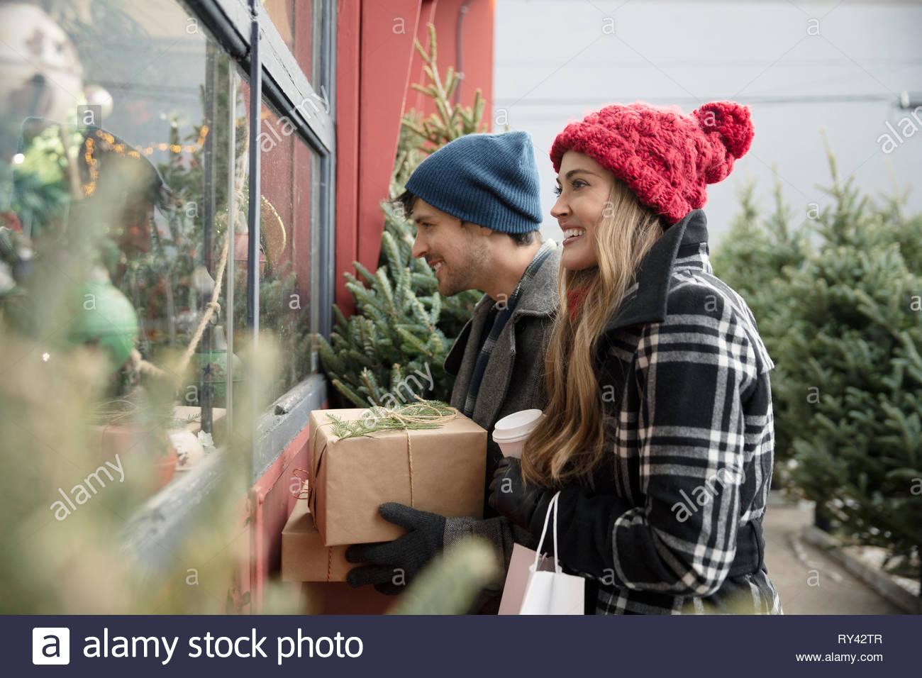 Couple shopping at christmas market - Stock Image