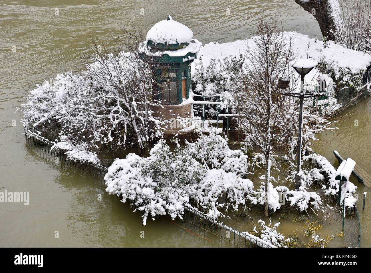 France, Paris, area listed as World Heritage by UNESCO, The flooded square du Vert Galant - Stock Image