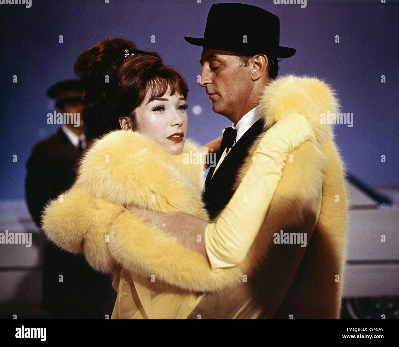 SHIRLEY MACLAINE,ROBERT MITCHUM, WHAT A WAY TO GO, 1964 - Stock Image