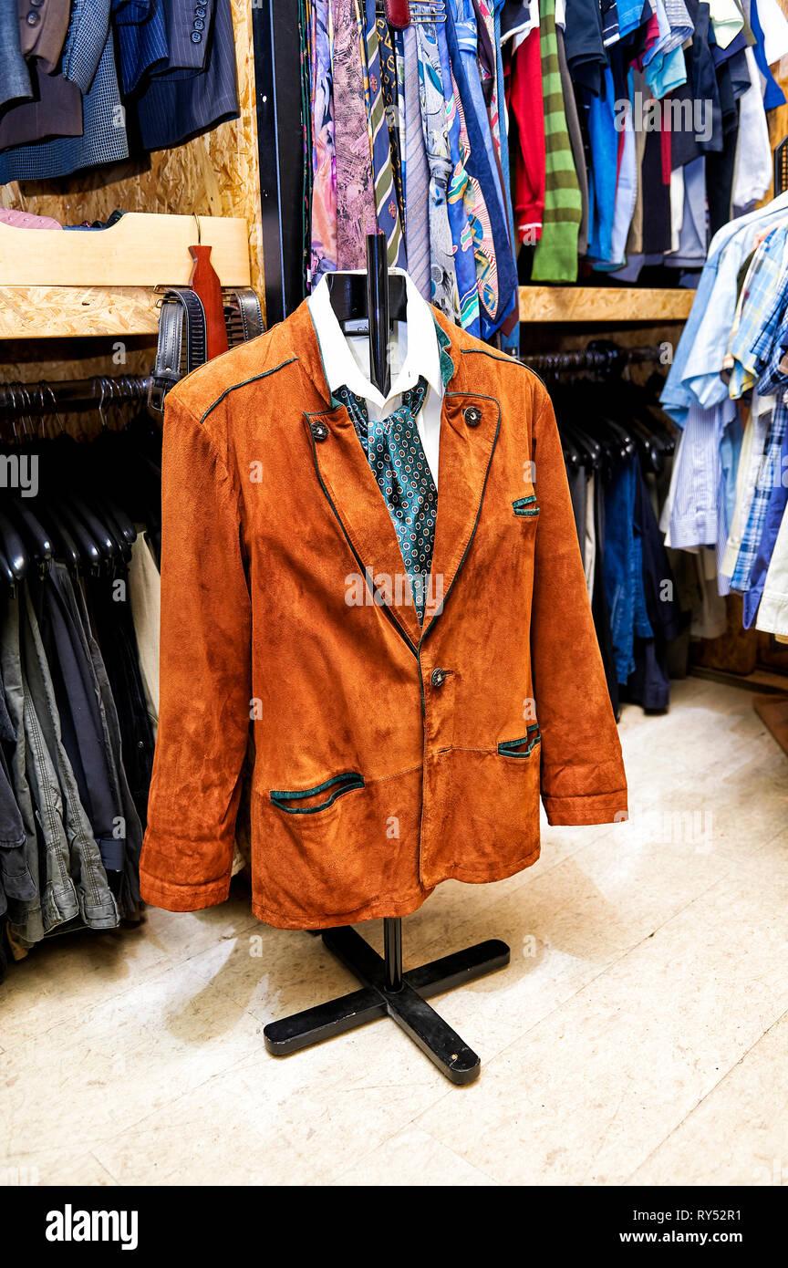 Auf einem Kleidergestell haengt ein bayrischer Lederjankerl mit weissem Hemd und Halstuch. - Stock Image