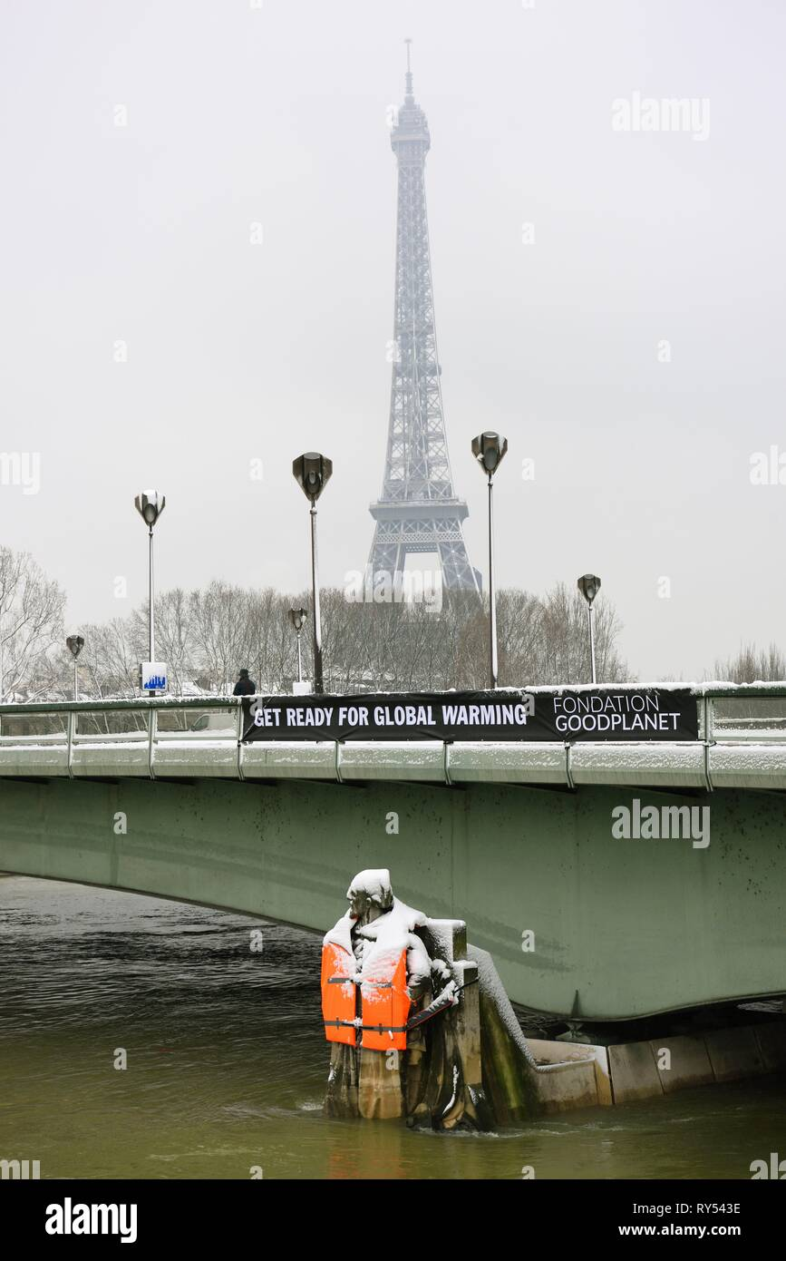 France, Paris, area listed as World Heritage by UNESCO,The Alma bridge Zouave wearing a life jacket put by activists of Good Planet foundattion prostesting against global warming - Stock Image