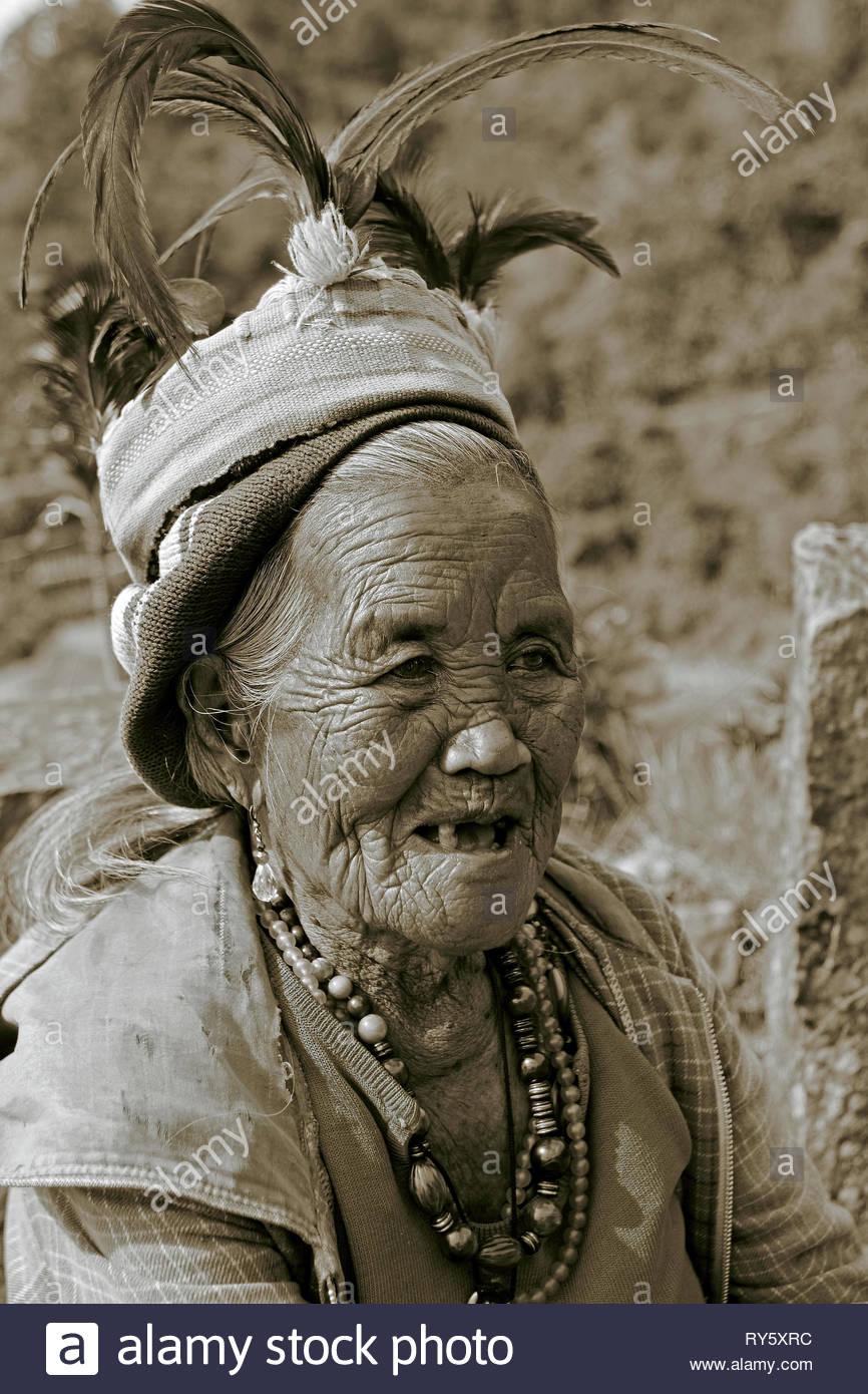 Alte Ifugao Frau mit taditionellem Kopfschmuck, Banaue, Luzon, Philippinen | Old Ifugao woman with traditional head gear, Banaue, Luzon, Philippines - Stock Image
