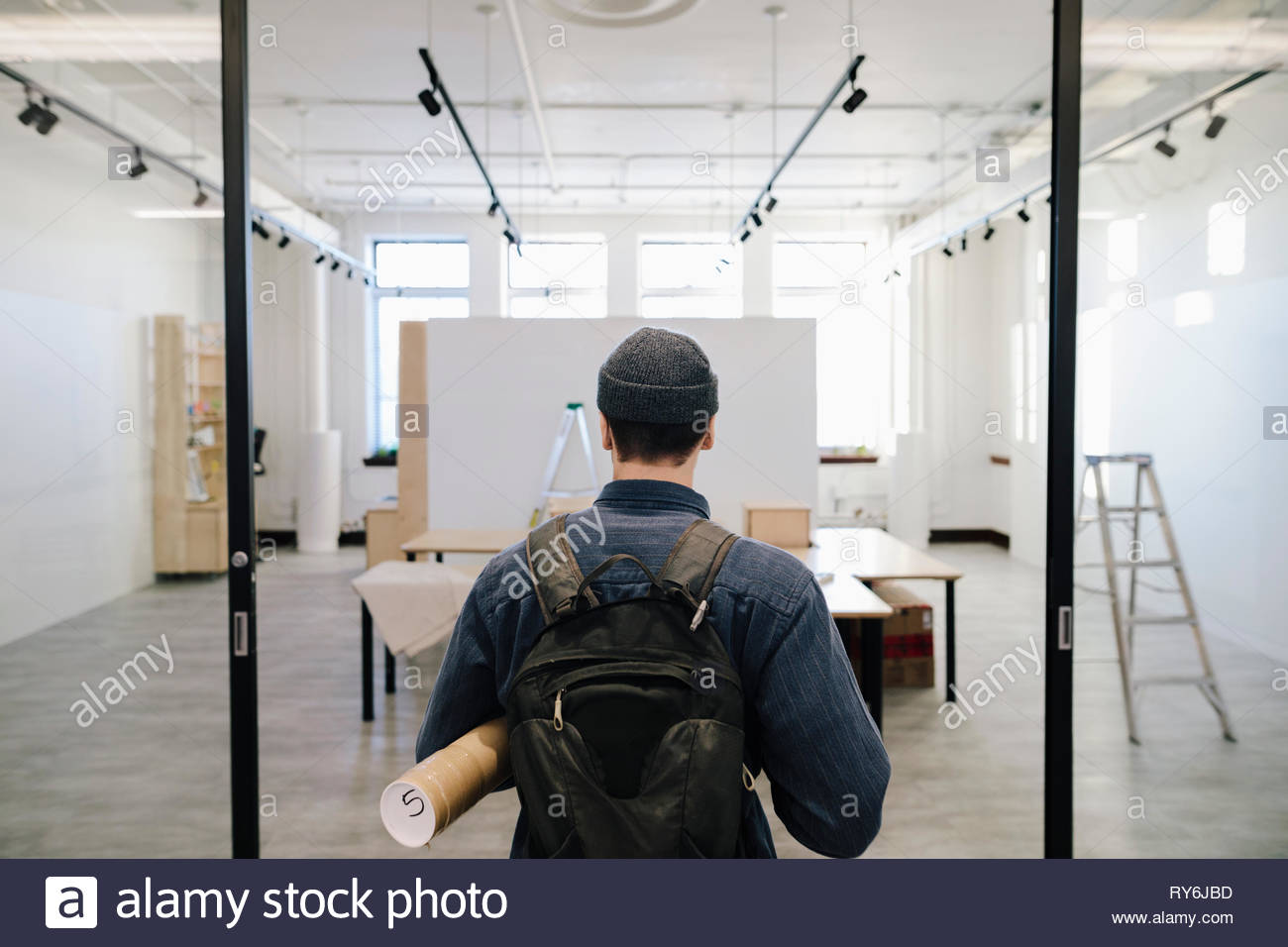 Male artist arriving at art gallery - Stock Image