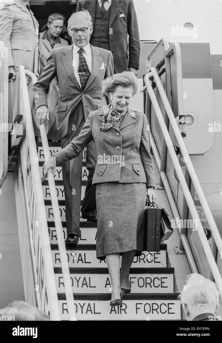 The Prime Minister Margaret Thatcher and husband Denis return to London after attending the commonwealth Heads of Government meeting(CHOGH) in Melbourne, Australia. - Stock Image