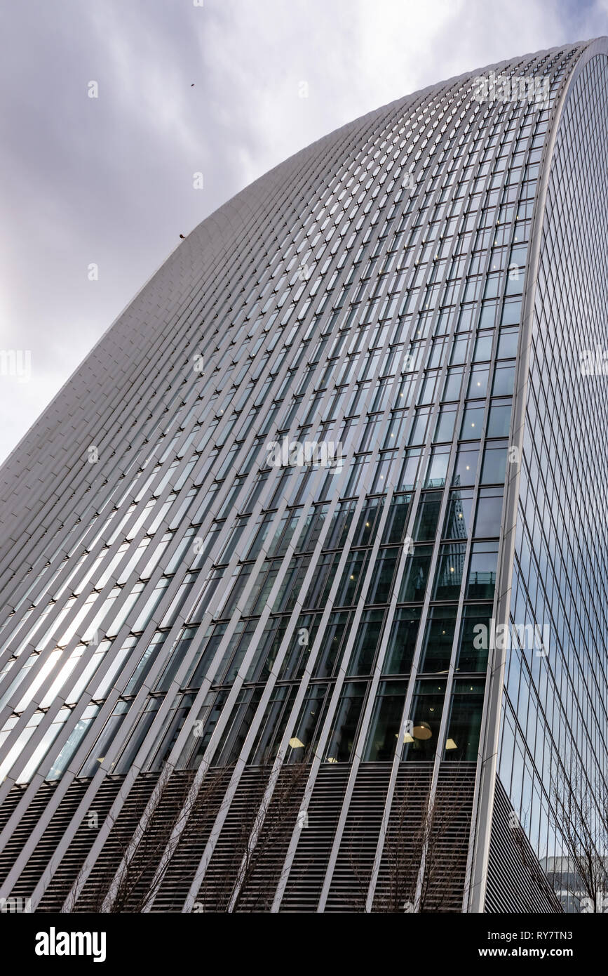 Like the scales of a giant steel serpent, the curtainwall of the 'Walkie-talkie' building rises skywards - Stock Image