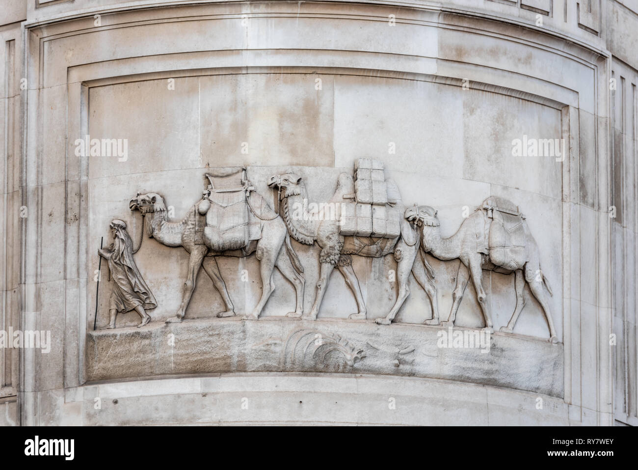 An unlikely sight  on a City of London building. A camel train of coffee traversing the tower of Peek House, 20 Eastcheap - Stock Image