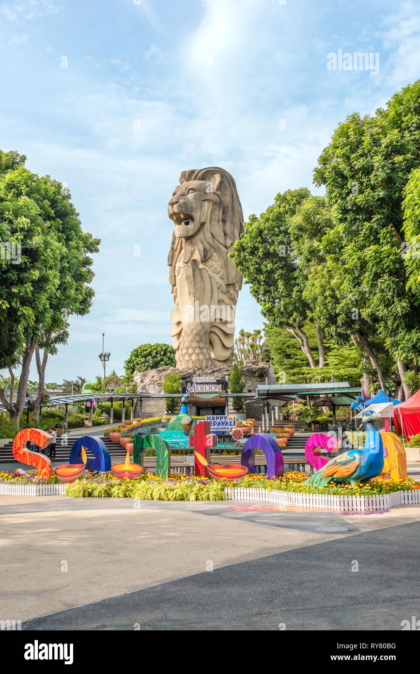 Sentosa Merlion Statue with colourful Deepavali decoration, Sentosa Island, Singapore | Sentosa Merlion Statue mit bunter Deepavali Dekoration, Insel  - Stock Image