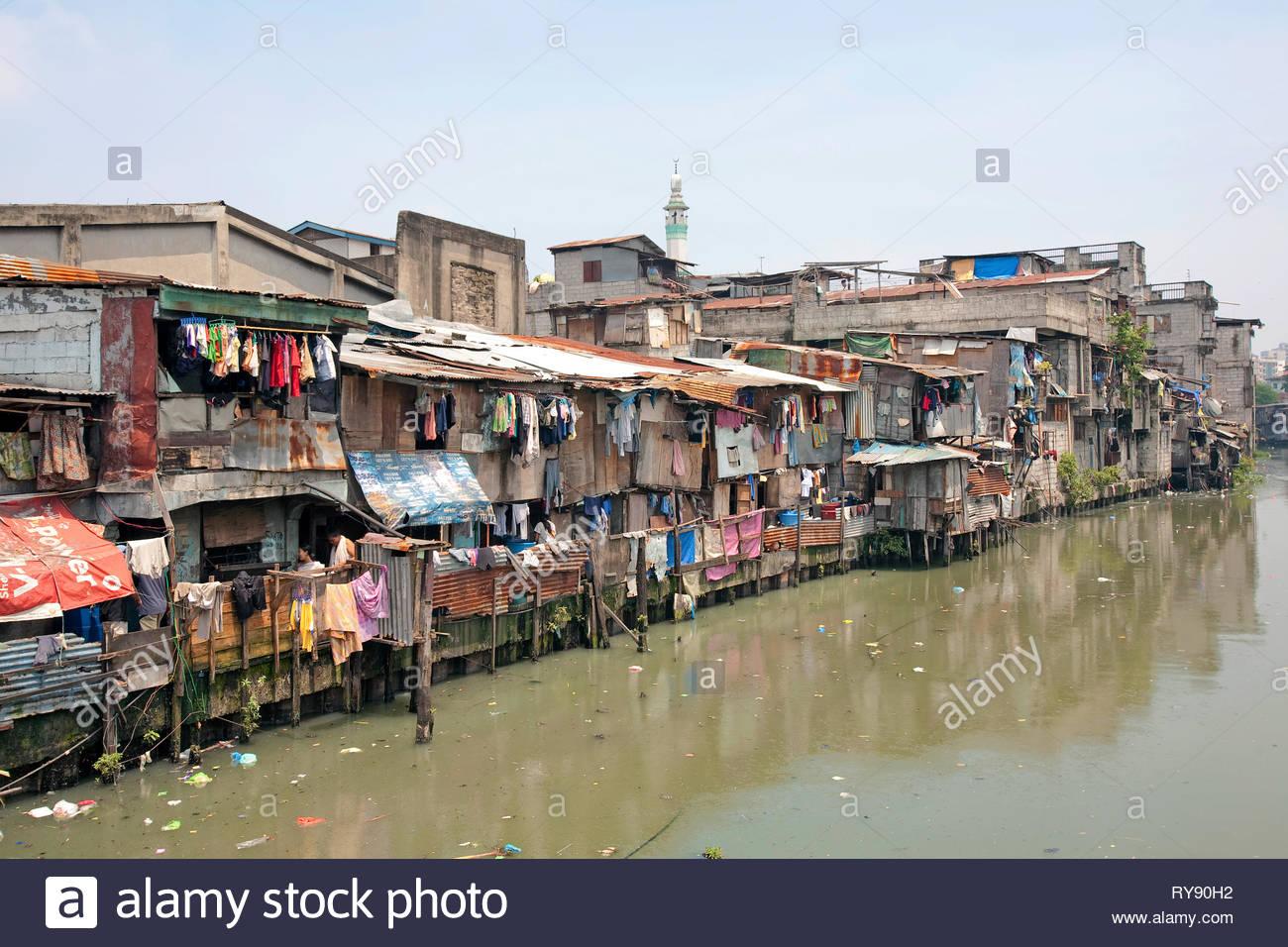 Armenviertel am Pasig Fluss in Manila, Luzon, Philippinen | Slum at Pasig River, Manila, Luzon, Philippines - Stock Image