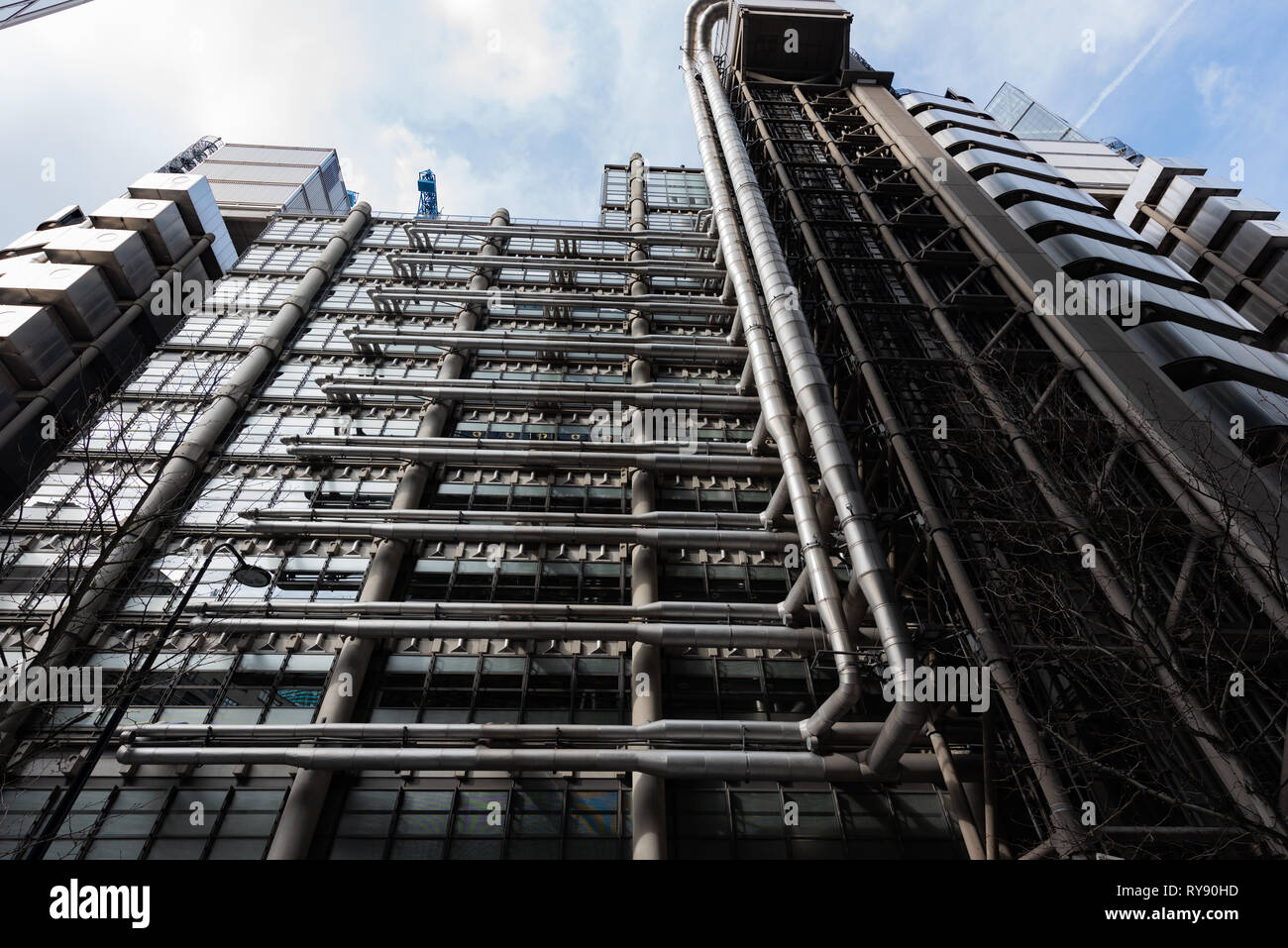 Richard Rogers' Lloyds Building wears its services on the outside of the building leaving the interior uncluttered - Stock Image